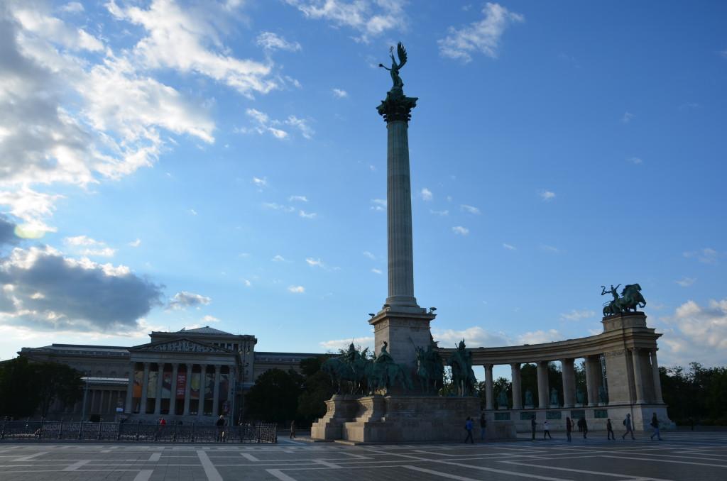Plac Bohaterów oraz Muzeum Sztuk Pięknych