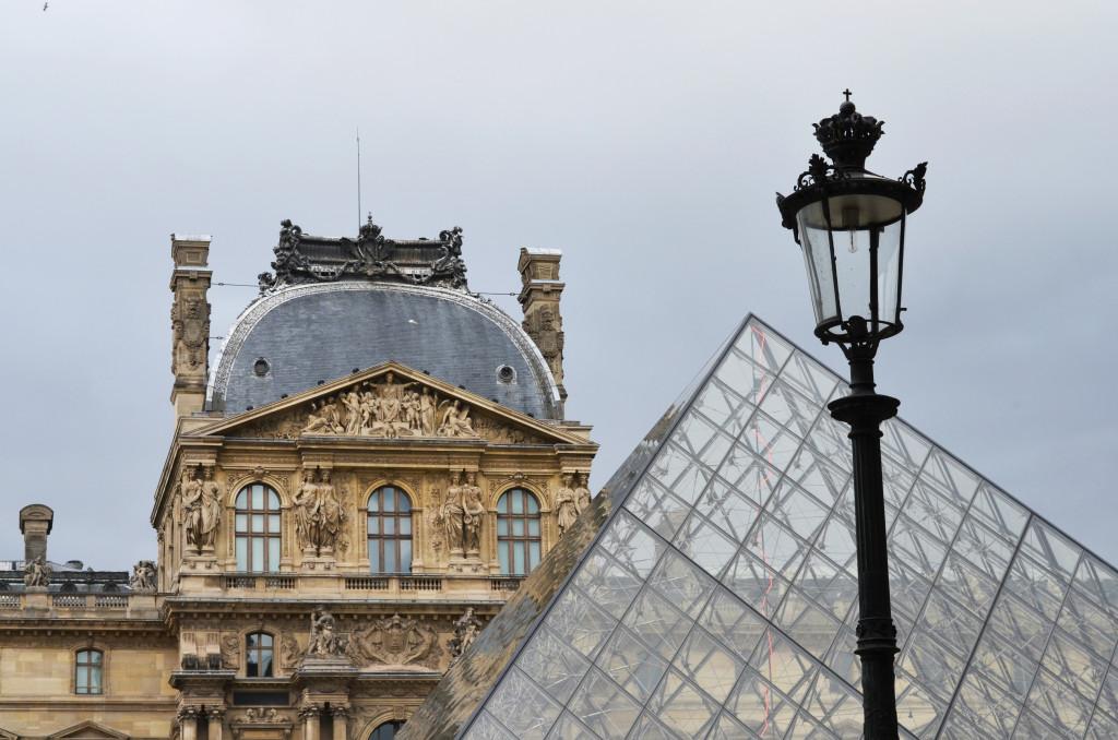 Piramida przed Luwrem