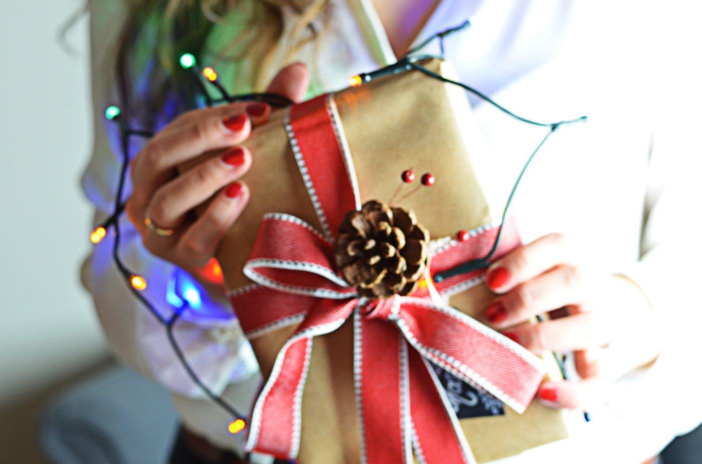 Prezent zapakowany w szary prezent - styl rustykalny