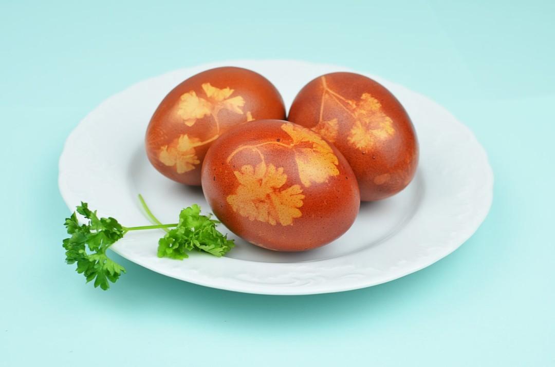 Jak w naturalny sposób barwić jajka wielkanocne?