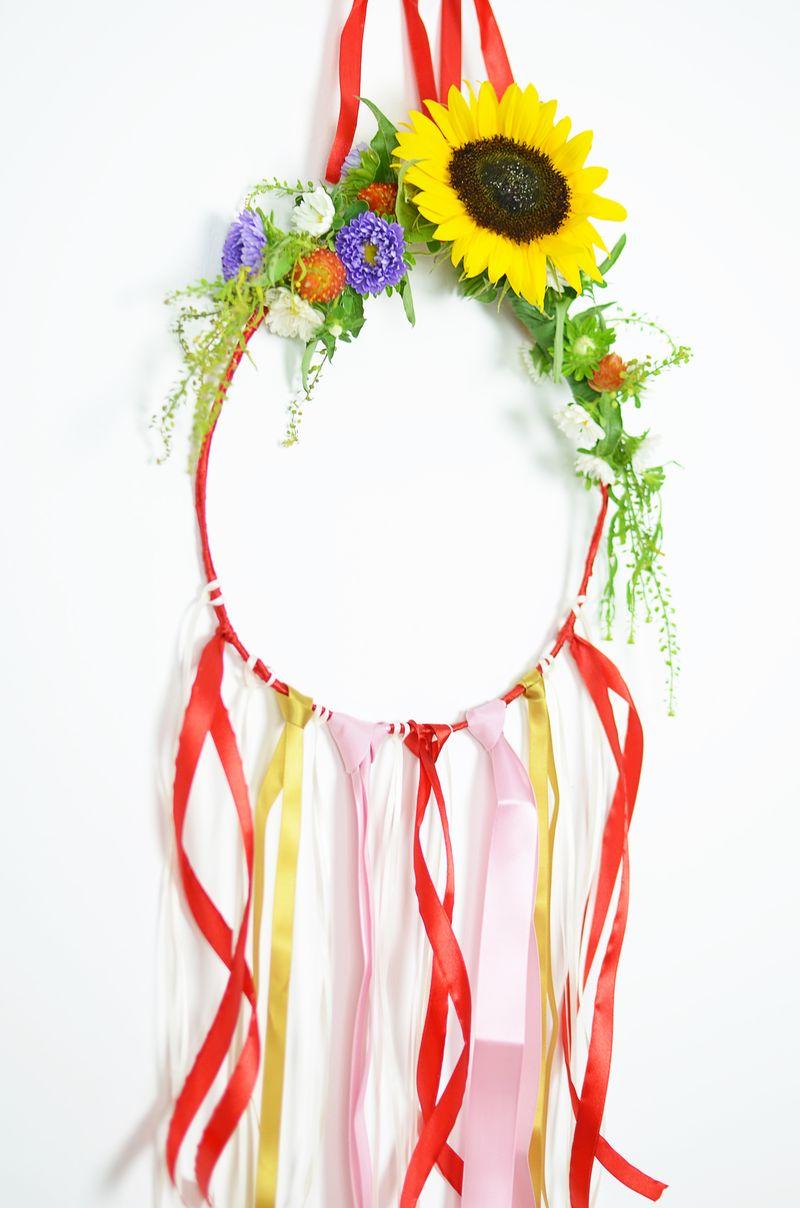 DIY: dekoracja z kwiatów na ścianę
