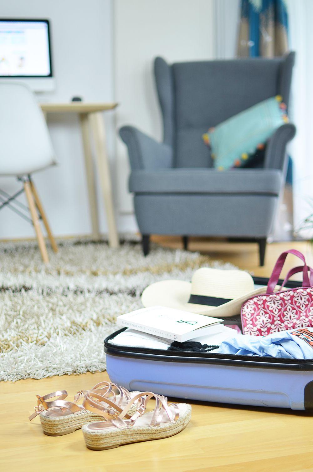 Wakacyjny niezbędnik. Jak spakować bagaż podręczny?