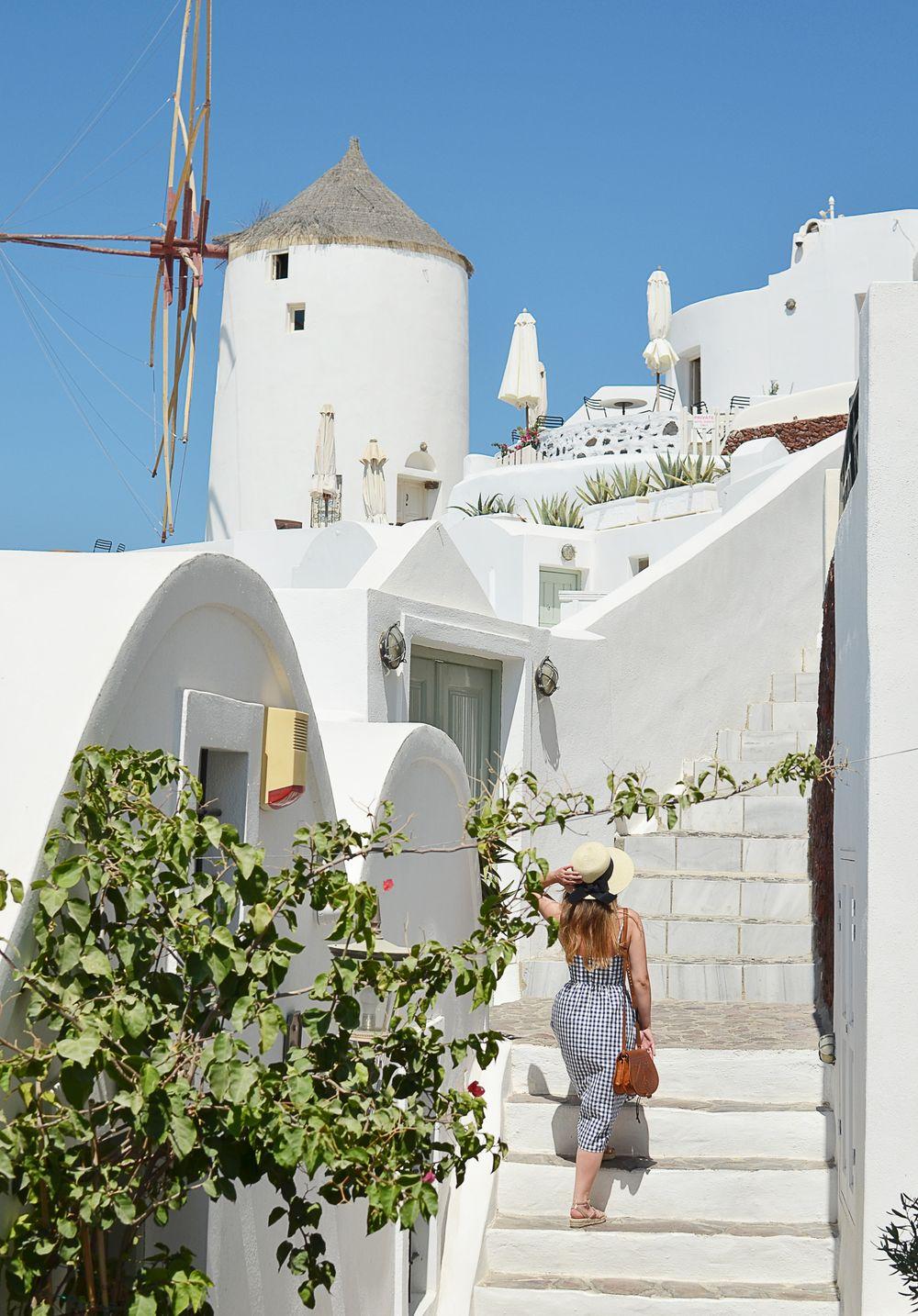 Oia na Santorini - uliczki, wiatraki