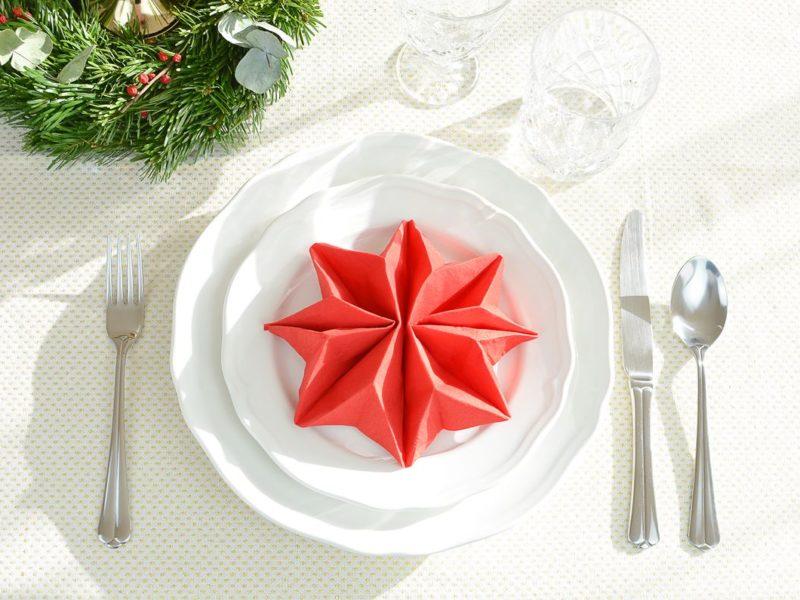 Składanie serwetek na stół wigilijny - choinka, gwiazda betlejemska i kieszonka na sztućce