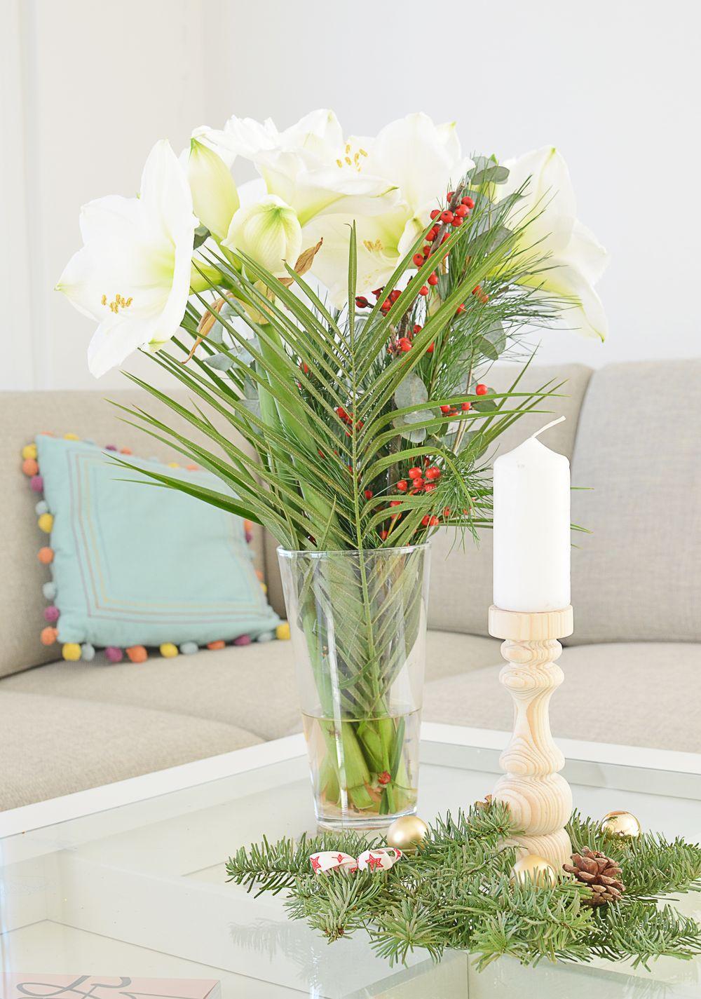 Świąteczny klimat w mieszkaniu - świecznik i zimowy bukiet