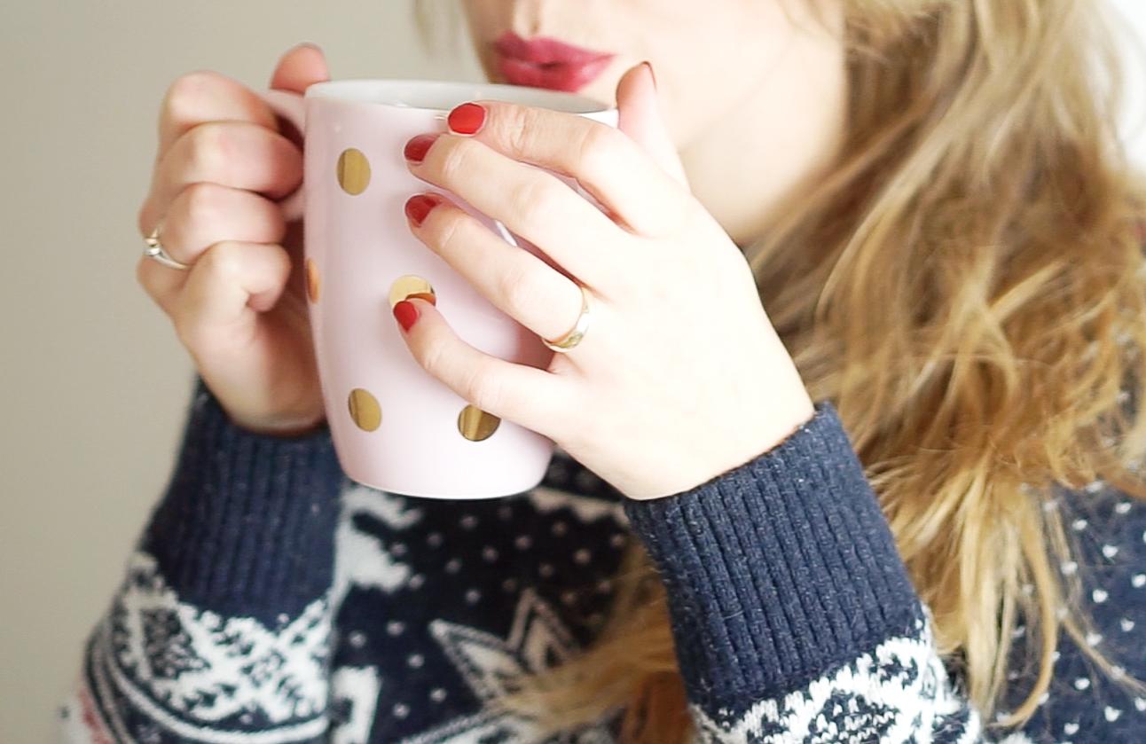 Świąteczny sweter i pyszna herbata