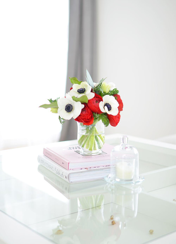 Kwiaty na stoliku kawowym w salonie
