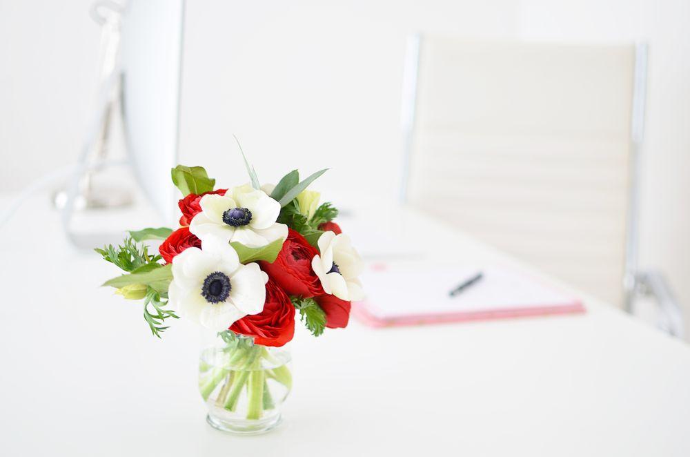 Kwiaty na biurku - moje miejsce pracy