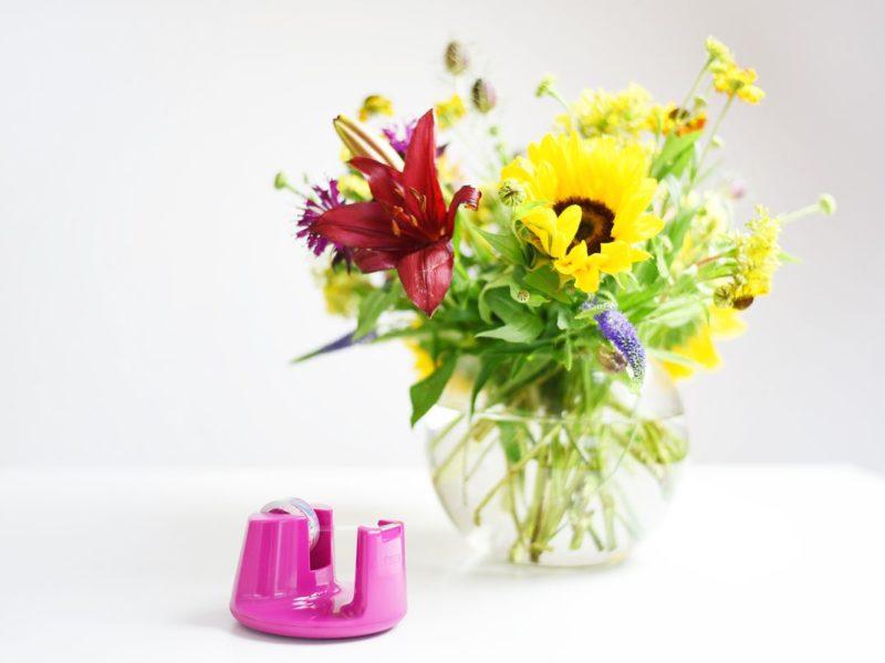 Układanie kwiatów - sprytny patent z taśmą klejącą | Polenka.pl