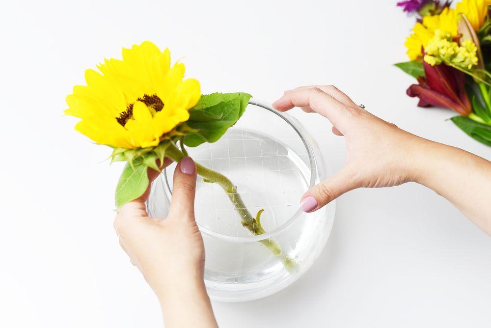 Jak układać kwiaty w szerokim wazonie? | Polenka.pl