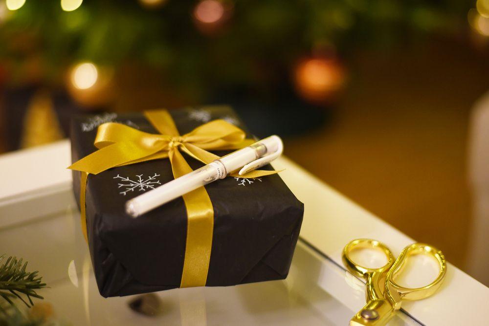 Pakowanie prezentów pod choinkę - czarny papier