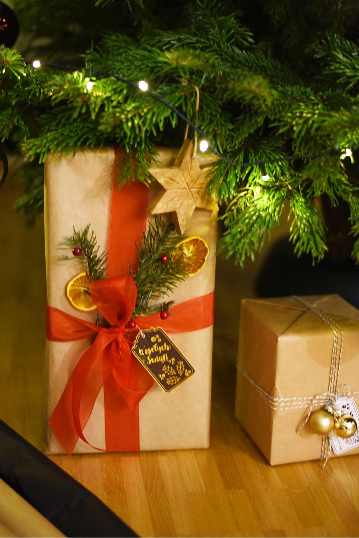 Pakowanie prezentów pod choinkę - szary papier pakowy